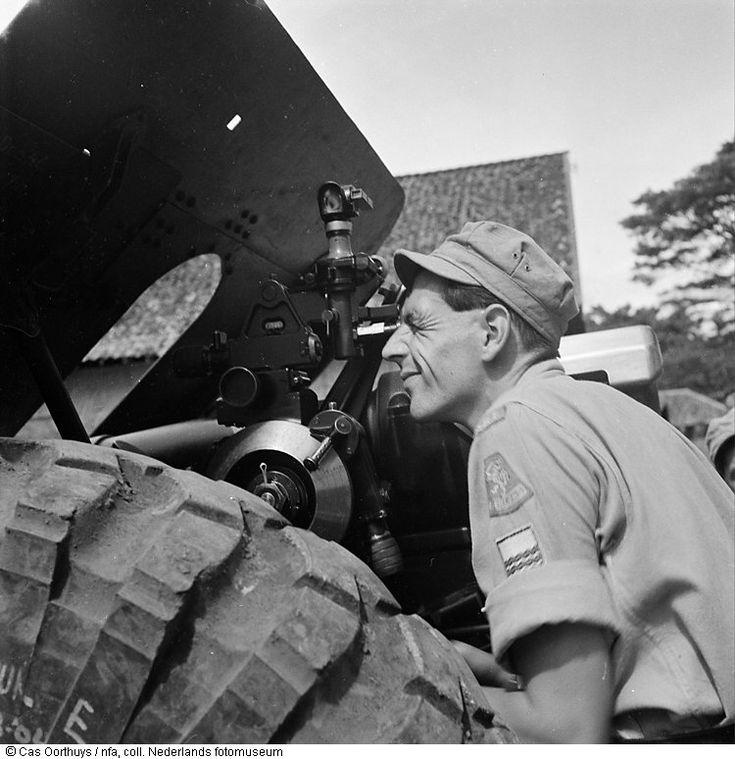 Nederlandse cavaleristen in actie met artillerie-batterij in Indonesië (1947)