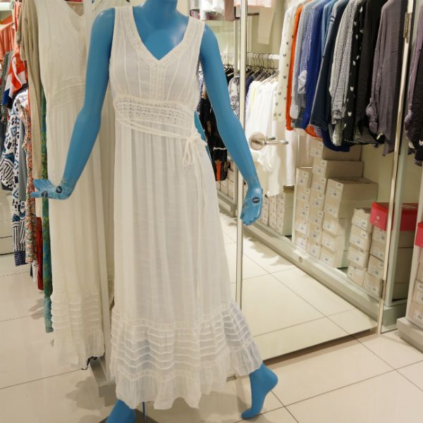 화이트 컬러와 레이스로 여성스러운 스타일에 빈티지한 느낌까지 갖춘 드레스 @롯데백화점 kitson