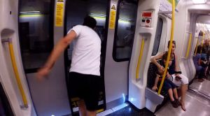 Londra, scende dalla metro e corre per riprenderla alla stazione successiva riuscendoci