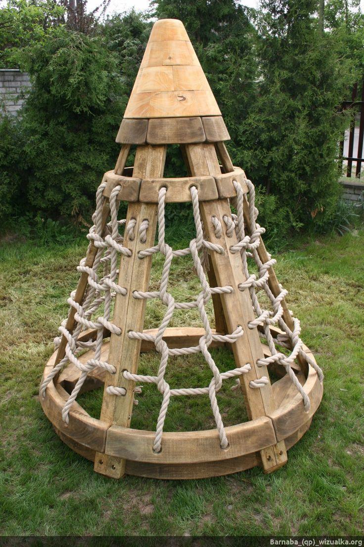 Drewniany wigwam z linami. | _(qp)_Drewniane place zabaw i zabawki.