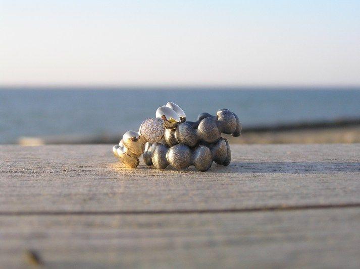 Trædestensringe i sterlingsølv og 14k guld med brillanter, lavet af Loenstrup Smykke Design - Nynne Kegel - Smykker - Ringe