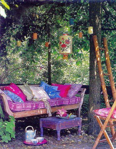 Leuke bohemian garden. Erg leuk om te zien hoeveel kleur en in deze lounge area te zien is :D Wij houden van kleur. De lantaarns in de boom zien er ook erg leuk uit. Leuke inspiratie dus voor je bohemian tuin!
