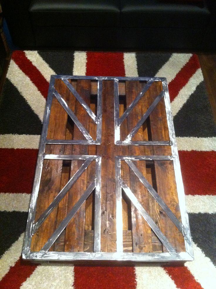 une petite table basse palette Union Jack métal..