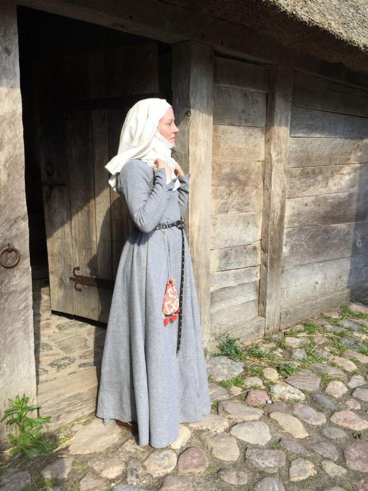 14th century gown Herjolfsnes-haastemekko / New gown for the Herjolfsnes challenge – Neulakko - natural grey wool