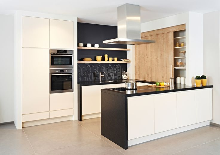 Deze moderne keuken heeft afgeschuinde, greeploze deuren die zijn afgewerkt met een uiterst onderhoudsvriendelijke gladde lak.