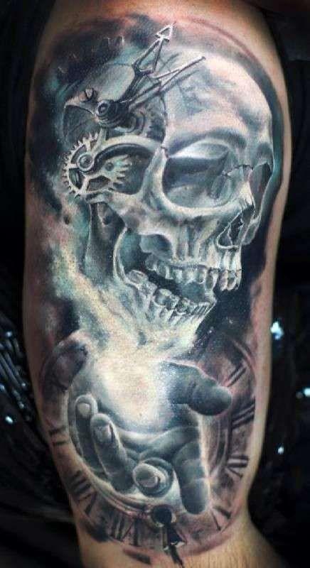 Tatuaggi uomo con teschio - Tatuaggio ingranaggi e teschio