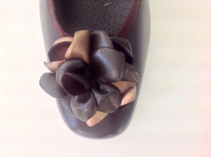 #bailarinas #tacon #flor #marron #fasion #zapato #comodo #bonito #chic   http://calzadostacon.es/coleccion?zapato_tacon_bajo/841_marron Y recuerda que ahora los envíos son GRATIS a partir de 25€