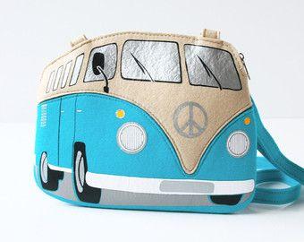 Este bolso de cuero se hace a mano en forma del famoso autobús de Volkswagen T1.  Más en la sección de objetos icónicos/planear: http://etsy.me/1ZVHVAX Sección de listo-a-nave y venta: http://etsy.me/1QRMd6y Visite nuestra tienda: https://www.etsy.com/shop/krukrustudio  CARACTERÍSTICAS -Disponible en dos tamaños (las imágenes muestran un tamaño más pequeño) -Hecho de cuero naranja y blanco -Cierre de cremallera -Correa de hombro de dos capas ajustable (correa de cuero/nylon) hasta 50 -Dos…