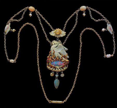 4) Colier cu pasărea fenix, 1903; opale, perle, email. Pe verso este gravat-în limba engleză-un psalm
