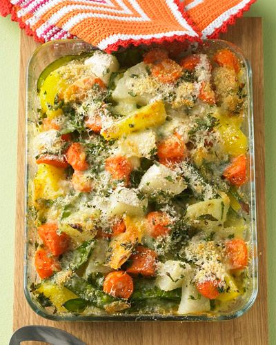 Bunter Gemüseauflauf  Den Gemüseauflauf mit Kartoffeln, Kohlrabi, Möhren und Zuckerschoten können Sie prima vorbereiten. Und wenn die Familie dann hungrig nach Hause kommt: einfach Brühe, Petersilie, Käse und Semmelbrösel drüber und ab in den Ofen.