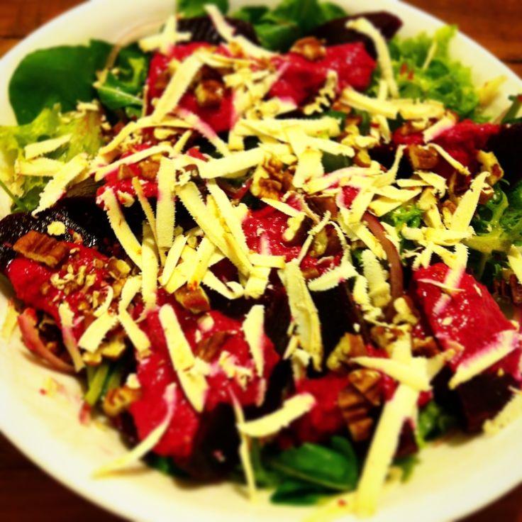 Salada verde com beterraba assada e molho de beterraba