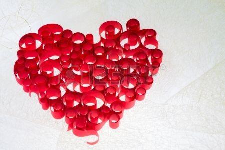 corazón rizado rojo aislado sobre fondo blanco Foto de archivo