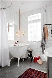 Badrum med pyttelitet badkar