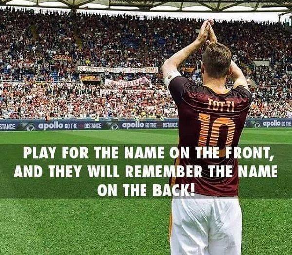 Graj dla nazwy z przodu, a będą pamiętali Twoje nazwisko z tyłu • Francesco Totti zawsze grał dla klubu • Wejdź i zobacz więcej >> #totti #quotes #football #soccer #sports #pilkanozna