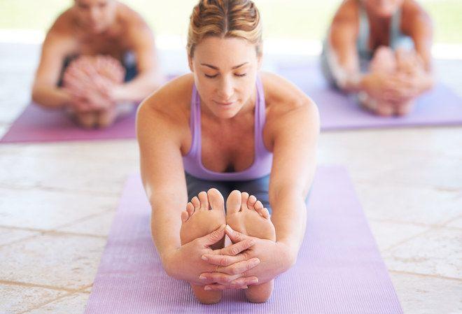 20 postures de yoga pour tous les niveaux ! Pour s'assouplir, gagner en sérénité et complémenter une autre pratique sportive. Toutes les explications sont sur aufeminin