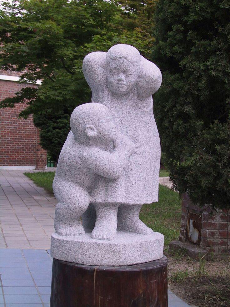 남매  화강암 2001년작 90cm