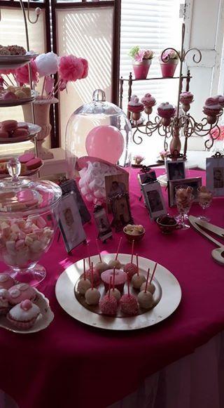Roze tafel met (zelfgemaakt) snoep, foto's en 'speen' van luiers en een ballon