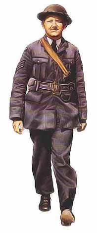 Sergent, RAF, 1940  Ce sous-officier porte la tenue de service d'ordonnance des gradés de la RAF. Coupée de façon identique à celle des officiers, elle était cependant confectionnée en serge. Avant le début de la guerre, l'uniforme de la RAF différait peu de celui de l'armée de terre britannique, si ce n'est par sa couleur gris bleu. Comme on le voit ci-dessus, les hommes de tous grades portaient une tunique ouverte avec une chemise et une cravate, ainsi que des chaussures