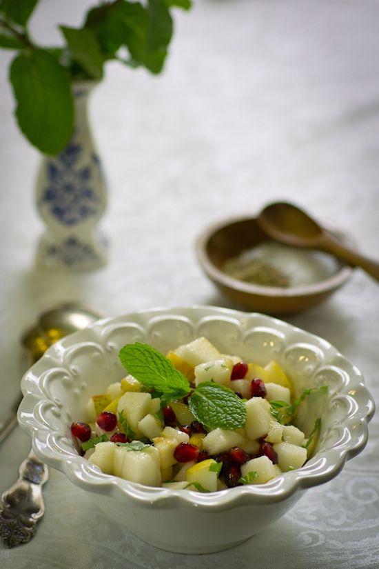 Салат из груши с зёрнами граната и мятой