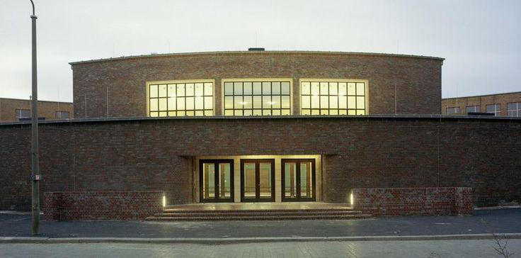 Max-Taut-Aula Berlin, 1929– 1932  Bau der Schule, mit der Aula im Mittelpunkt der Schulanlage, konzipiert auch für die Nutzung als Veranstaltungsort für das gesamte Stadtviertel.