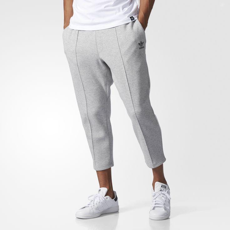 Wybierz spodnie dresowe dla mężczyzn, w których klasyczny styl adidas łączy się z elementami współczesnej mody miejskiej. Wygodne spodnie z elastycznej, oddychającej tkaniny dystansowej mają zaszewki z przodu i z tyłu oraz obniżony krok. Skrócony fason zapewnia swobodę kolanom, a małe logo Trefoil wyróżnia się na lewej nogawce.