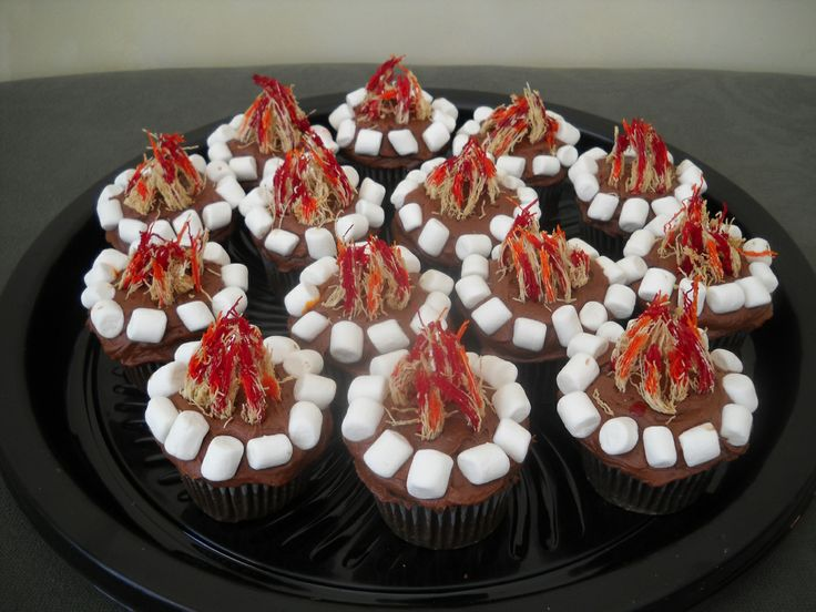 Campfire cupcakes for cubscouts, boyscouts, brownies or girlscout events. mini-marshmallows, shredded wheat shreds dipped into food coloring. a Splashtablet Case Company favorite!