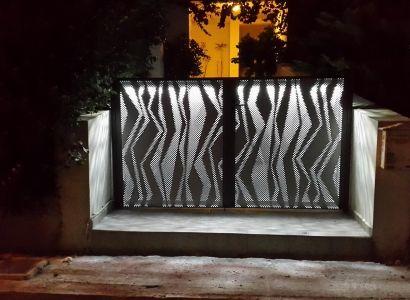 ΑΥΛΟΠΟΡΤΑ ΔΙΑΤΡΗΤΗ Metalaxi Entrace gate made of perforated aluminium with a unique  pattern. Life is in the details. Metalaxi Innovative Architectural Products. www.metalaxi.com
