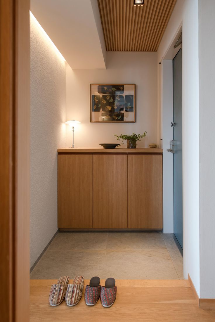 ギャラリーのようなAさんの家の部屋 左官の壁が光で照らされた玄関