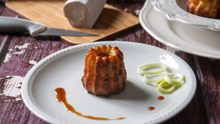 Canelès salati con porri e caprino