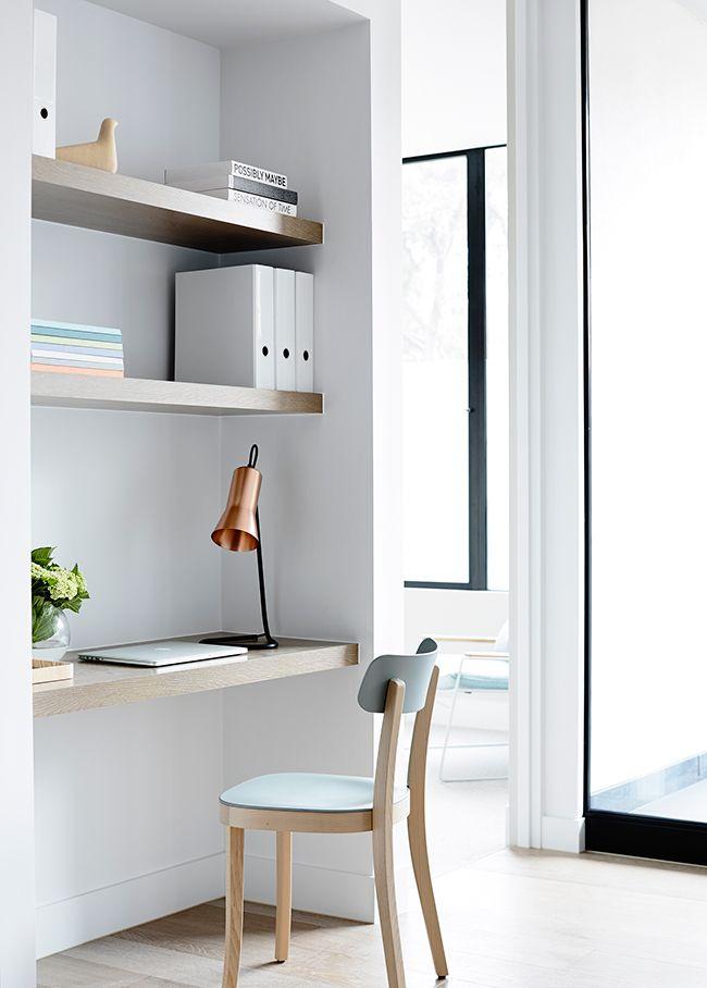 Een werkhoekje in de slaapkamer... Erg handig! Absolute fan van deze minimalistisch bureau met pastelkleuren!