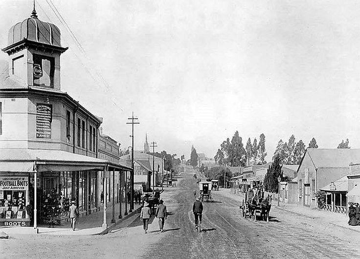 De Korte Street, Braamfontein, Johannesburg around 1900. The street leads to the cemetery and the residential area of Vrededorp, where a large number of Afrikaans Dutch speakers resided (With acknowledgement to Friedel Hansen)