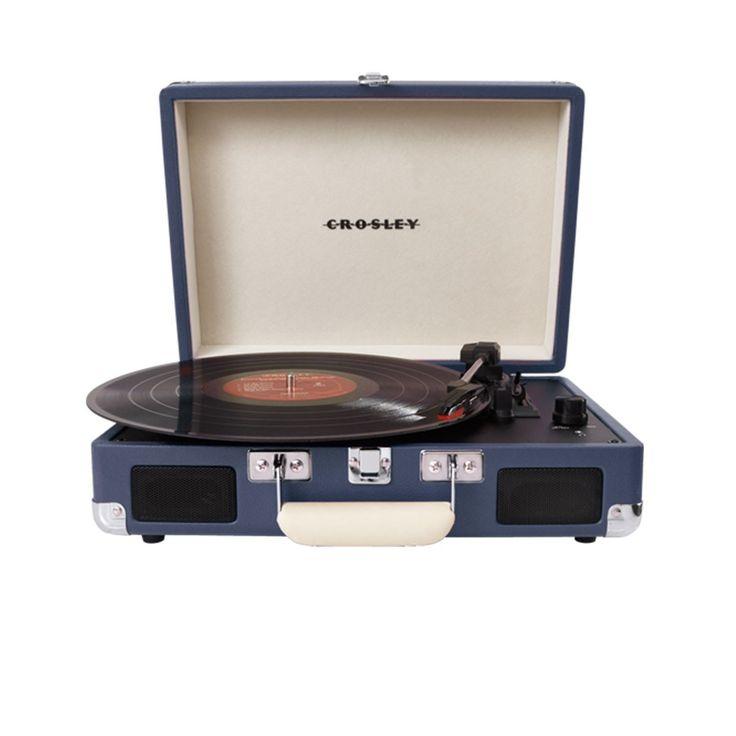 Platine vinyle portable Crosley Cruiser Deluxe - Bleu - Dans sa valise légère et compacte, la platine Crosley Cruiser Deluxe vous permet d'écouter tous vos vinyles 33, 45 et 78 tours grâce à deux hauts parleurs intégrés ! Véritable objet intemporel, ce tourne-disques à l'esthétique rétro-pop dispose également d'une prise casque. De quoi profiter pleinement de ses disques préférés, à travers un design qui transcende les époques.
