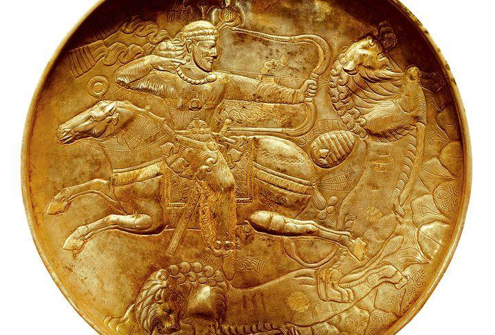 .En el año 53 a.C., Marco Licinio Craso se dirigía a Ctesifonte, la capital parta, para conquistarla y convertirse en un victorioso general como sus colegas César y Pompeyo, pero cerca de Carras su ejército fue sorprendido y aplastado por los partos, que acabaron con su vida