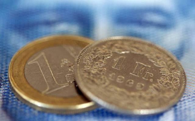 اليورو يتراجع بعد خطاب #دراجي#أمام البرلمان الأوروبي                مباشر: تراجع اليورو أمام العملات الرئيسية خلال تعاملات اليوم الاثنين بعد خطاب رئيس المركزي الأوروبي أمام البرلمان. وبحلول الساعة 2:40 مساء بتوقيت جرينتش تراجع اليورو أمام الدولار بنحو 0.6% إلى 1.1880 دولار. كما انخفضت العملة الأوروبية الموحدة أمام الجنيه الإسترليني بنسبة 0.6% إلى 0.8796 إسترليني فيما هبطت أمام الين الياباني عند 133.39 ين بنحو 0.3%.  وقال رئيس البنك المركزي الأوروبي اليوم إنه واثق من أن معدلات التضخم سوف…