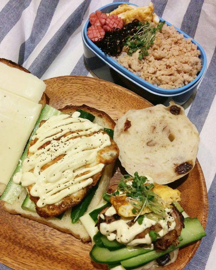 おはよー #お昼ごはん Mimoは#sandwich #くるみレーズンベーグル には#照り焼きチキン#食パンには#目玉焼き 姫は#鶏そぼろメインな#弁当  #lunch by mimogd