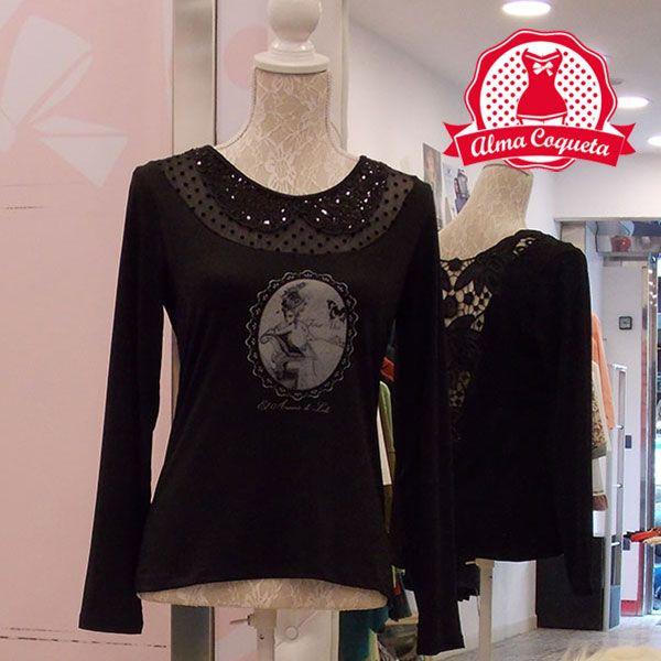 Camiseta negra con estampado en tonos grises, adornada en la parte delantera con transparencia y lentejuelas y con espectacular espalda con dibujo de encaje y lentejuelas. Serás la envidia de tus amigas cuando te des la vuelta y de repente vean esa espalda!! Combínala con la Falda Lalla #moda #camiseta #fashion #retro #negro    #almacoqueta #leonesp #otoño #invierno #algodon #transparente #piedras #decoracion #espalda