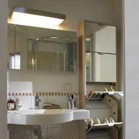 SCATOLE DA RICICLARELe scarpe? Sfrutta un angolo del bagno o in corridoio per posizionare una scarpiera: ricordati di sceglierla abbastanza ampia di modo che possa contenere il più possibile. Per tro