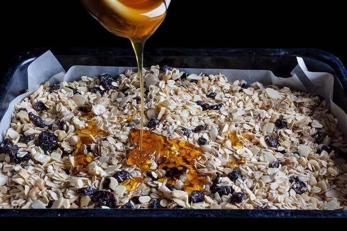 Σπιτική γκρανόλα με κορινθιακή σταφίδα και μέλι, συνταγές για χορτοφάγους χωρίς γλουτένη