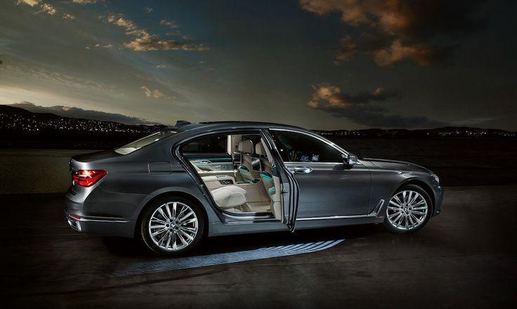 La BMW Série 7 guide ses passagers avec un tapis de lumière - http://www.leshommesmodernes.com/bmw-serie-7-tapis-lumiere/