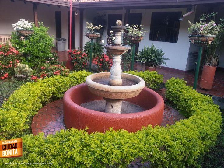 Tan bonitos que eran los patios internos de las casas coloniales de Girón muy cerca de Bucaramanga, todavía quedan algunos. Gracias GlennElmerHernándezC @GlennHdz por compartir esta foto.