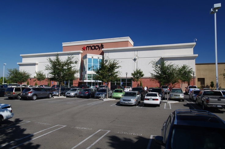 The Shops at Rivercenter offer four convenient parking locations. Choose from the two adjoining parking garages or the quick access outdoor parking lots.