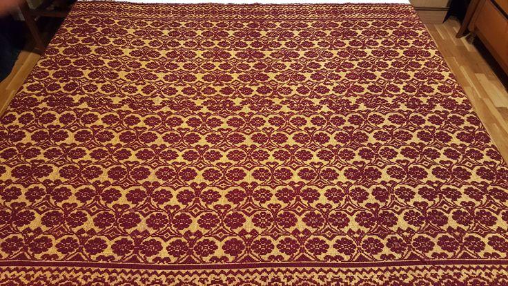 Copriletto,copridivano di lana lavorato a mano,con roselline bordeaux su fondo giallo.210×150cm,2,2 kg di lana pura di peccora di TRADIZIONALE su Etsy
