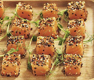 Laxtärningar med wasabi och sesam är ett fräscht tillbehör på festen, som tilltugg eller på buffén. Gravad eller lättrimmad lax som smaksätts med wasabi- och sesamekrydda just innan servering ger dig rätten med lite extra sting i.