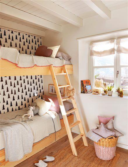 Dormitorio infantil con litera y papel de pared de abeto