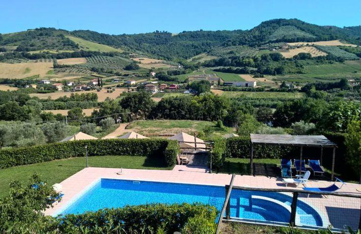 Countryhouse Il Girasole ligt in de glooiende heuvels van Le Marche en ligt net buiten het typische Italiaanse dorpje; Massignano. Op deze glamping in Italie kan je echt even helemaal tot rust komen in een safaritent.