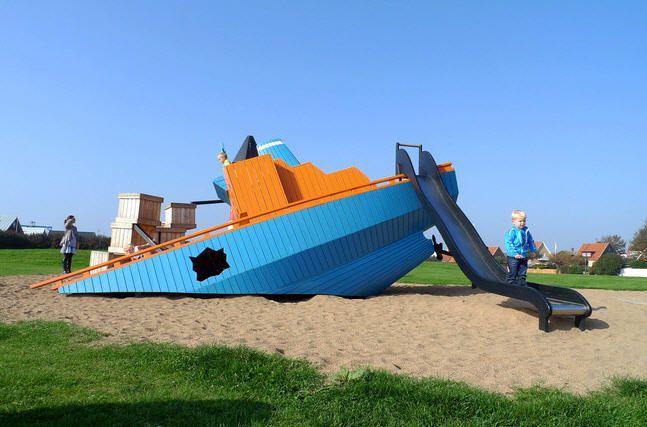"""Monstrum es una empresa de Dinamarca que crea estos espectaculares playgrounds para chicos…    En Monstrum consideran que los patios de juegos deben ser un reflejo del mundo que nos rodea, por eso hay barcos hundidos, aviones por la mitad, arañas o ballenas gigantes; estos son algunos de los """"escenarios"""" que crean en esta empresa para que chicos y chicas puedan dar rienda suelta a su imaginación y jugar dentro de un espacio lo mas real posible."""