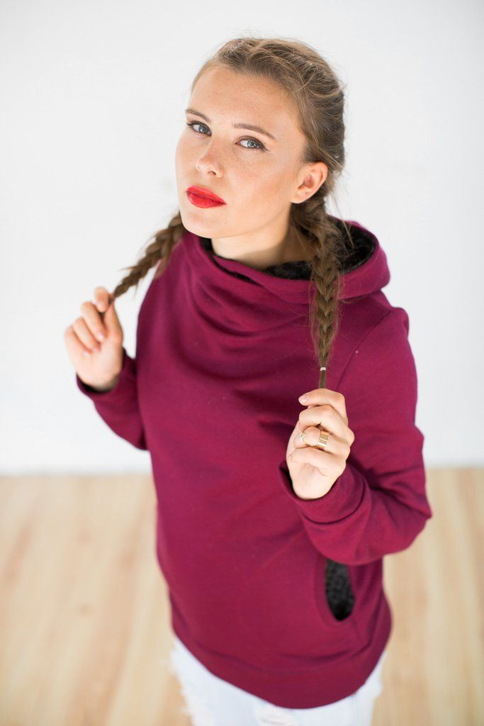 Hoodie Arya Raspberry Aztec.Cosy hoodie crafted from a gorgeous raspberry colored sweatshirt fabric with fleece inside. The hood and side pockets are lined with a grey and black aztec patterned knit fabric. Super comfy and easy to wear.