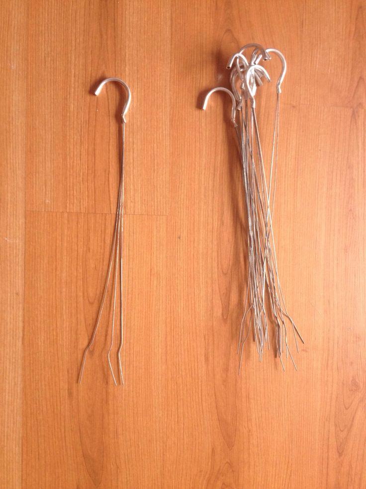 Estos son los ganchos que compramos en HomeDepot para colgar las macetas en nuestra jardinera, haremos unos orificios en las macetas para poder colocar los ganchos de manera de que las macetas no se caigan y estén en equilibrio. - BeckySerrano 25 de Marzo 2015