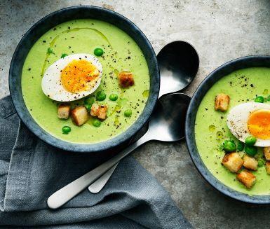 Du kanske tror att det är svårt att göra ärtsoppa? Men det blir, i princip, inte enklare än så här. Med frysta gröna ärtor, lök, vitlök, grönsaksbuljong och svartpeppar kommer du långt. Toppa med smörstekta krutonger och krämiga ägghalvor. Enkelt och supersmarrigt!