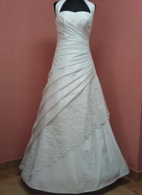 Sierlijke bruidsjurk met kant. Gemaakt van bruidssatijn en taft.  Model A-line met asymmetrische plooien en kant op de bovenkant en op de rok.  -